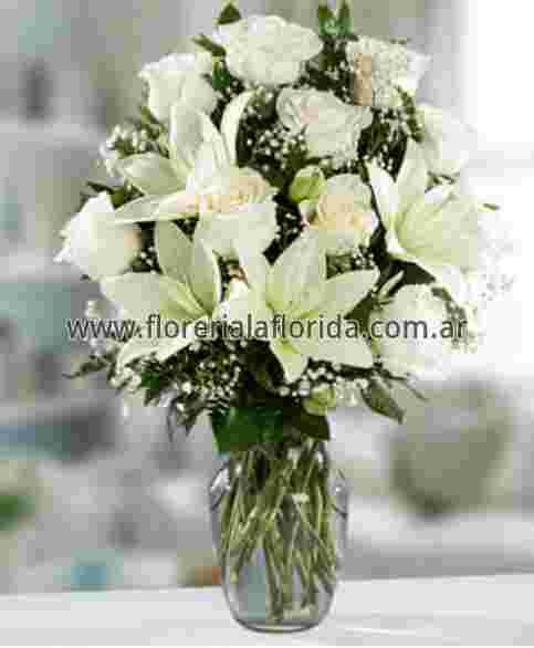 Arreglo Floral De 12 Rosas Blancas Importadas Con Lilium En Florero De Vidrio